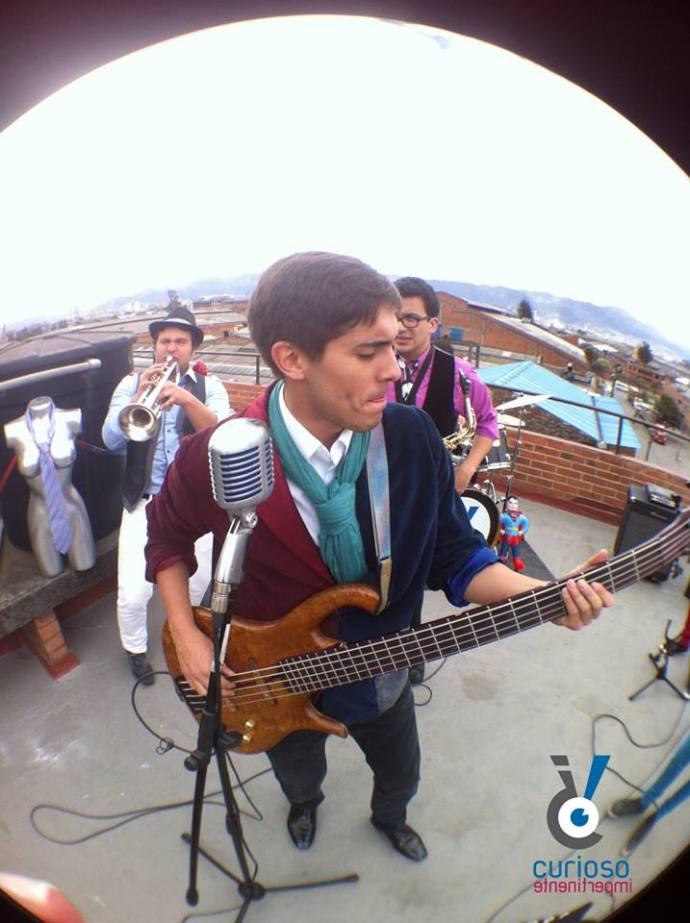 Oscar_Suarez_cantando_tocando_plaza_imperial_gemelo_iguales_cantante-vocalista-guitarra-bajo-guitarrista-musicos-curioso-impertinente-cimpertinente-banda-grup